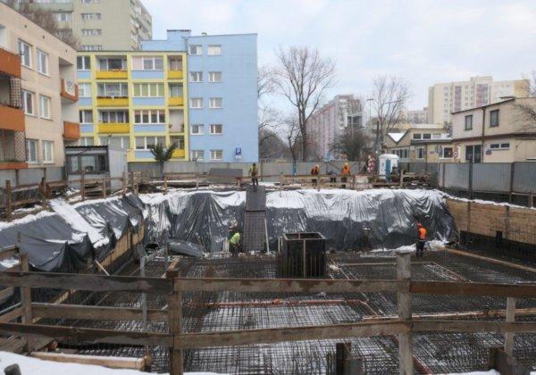 Ruszyła budowa apartamentów Saka Kępa. Budynek będzie posiadał 4 piętra, 10 mieszkań i 11 miejsc postojowych. Charakteryzuje się bardzo ciekawią bryła oraz dużą ilością tarasów.